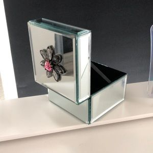 Mirrored lined box